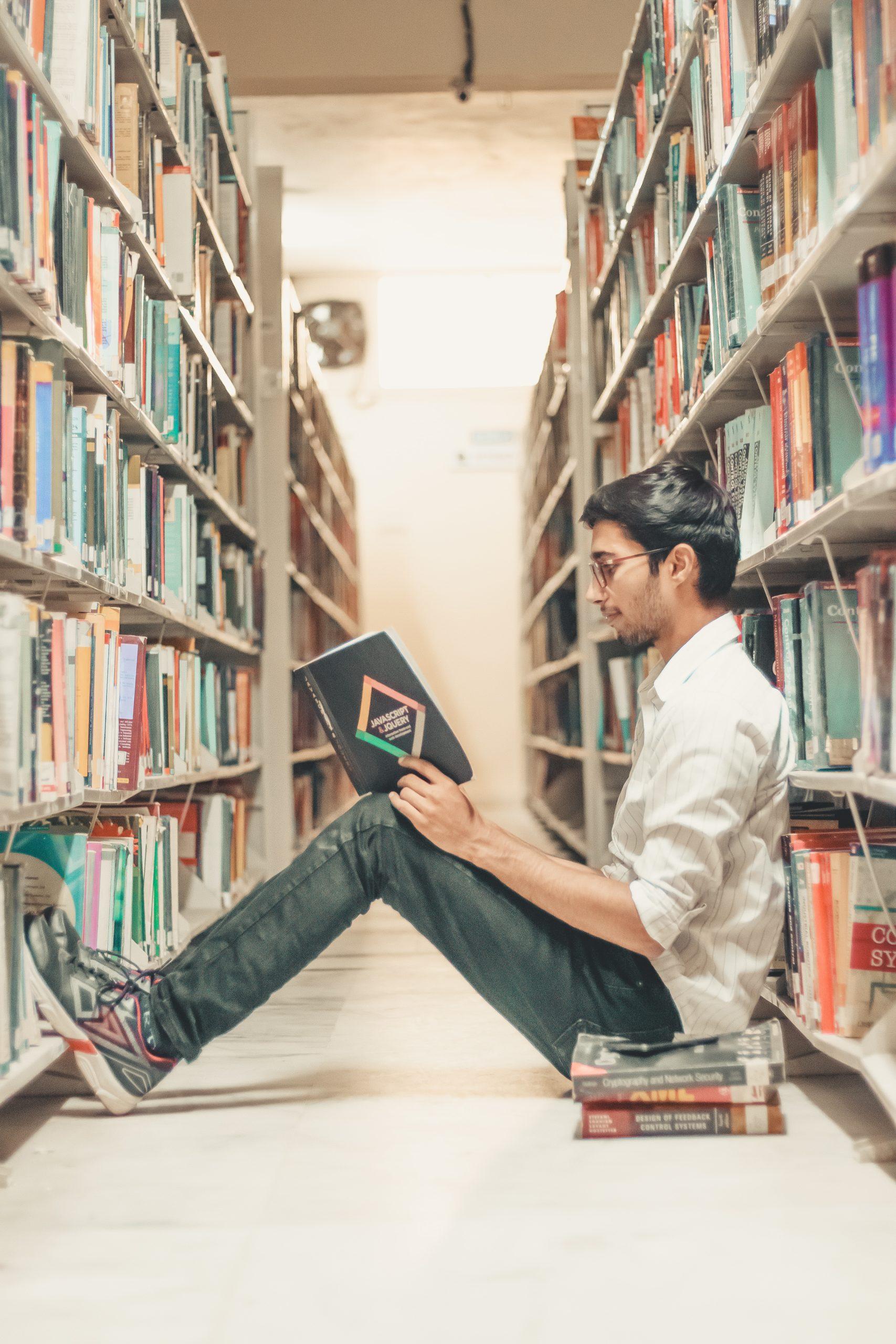 Student lernt in der Bibliothek - Über Uns